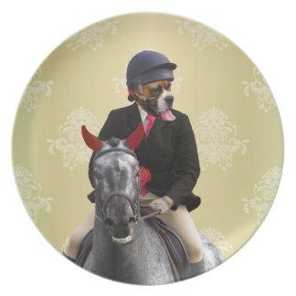 Carácter divertido del jinete del caballo plato