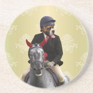 Carácter divertido del jinete del caballo posavaso para bebida