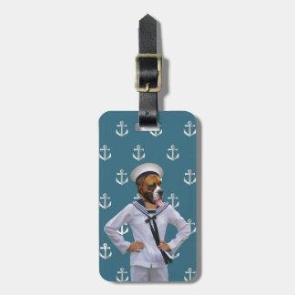 Carácter divertido del perro del marinero etiqueta para maleta