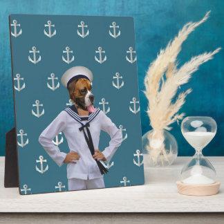Carácter divertido del perro del marinero placas con fotos