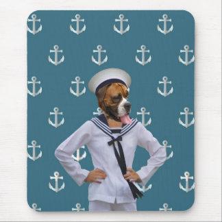 Carácter divertido del perro del marinero alfombrillas de raton