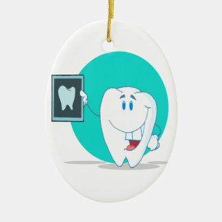 carácter feliz lindo del diente con la radiografía adorno navideño ovalado de cerámica