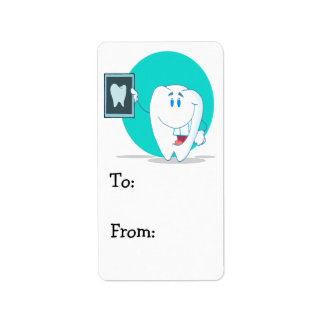 carácter feliz lindo del diente con la radiografía etiqueta de dirección