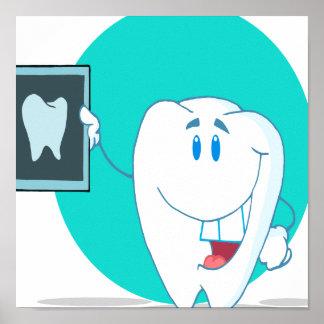carácter feliz lindo del diente con la radiografía póster