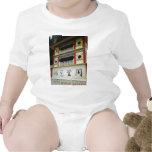 Caracteres chinos en el templo chino traje de bebé