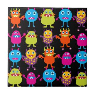 Caracteres coloridos divertidos de las criaturas d azulejo cuadrado pequeño