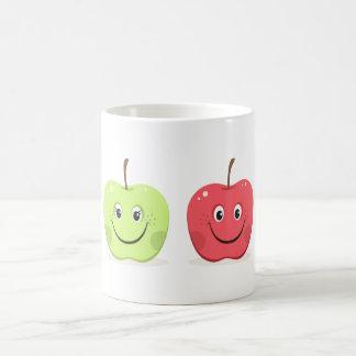 Caracteres de la manzana del dibujo animado taza