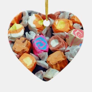 Caramelo envuelto colorido del chicloso adorno navideño de cerámica en forma de corazón