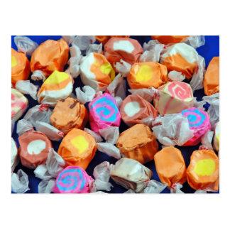 Caramelo envuelto colorido del chicloso postal