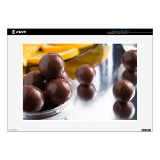 Caramelos de chocolate en un pequeño primer del skins para 38,1cm portátiles