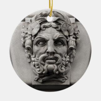 Caras de piedra de la terracota en el edificio adorno navideño redondo de cerámica