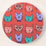 Caras del gato en rojo posavasos diseño