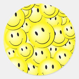 Caras felices soleadas de Lotsa en los pegatinas Pegatina Redonda