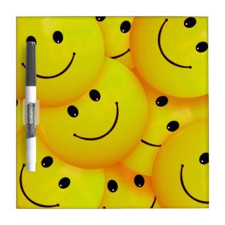 Caras sonrientes amarillas felices frescas de la pizarra
