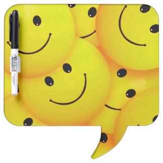 Caras sonrientes amarillas felices frescas de la pizarras blancas