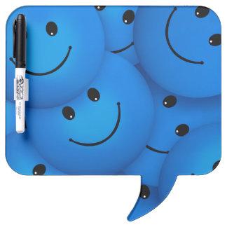 Caras sonrientes azules felices frescas de la pizarra