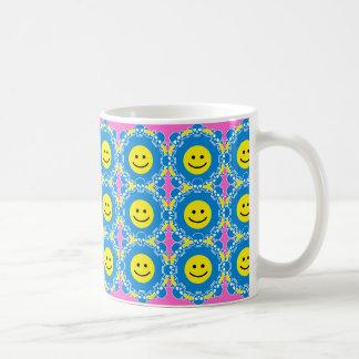Caras sonrientes rodeadas por el inevitable taza básica blanca