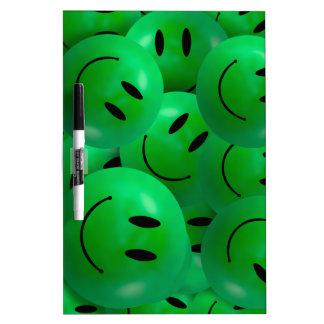 Caras sonrientes verdes felices frescas de la pizarras blancas