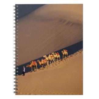 Caravana en el desierto, Dunhuang, Gansu del camel Libretas Espirales