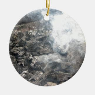 Carbón de leña ardiente que fuma en barbacoa adorno redondo de cerámica
