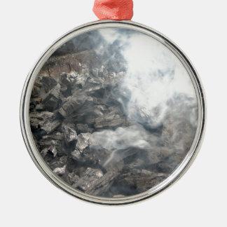 Carbón de leña ardiente que fuma en barbacoa adorno redondo plateado
