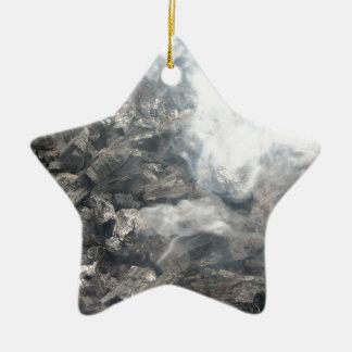 Carbón de leña ardiente que fuma en barbacoa adorno de cerámica en forma de estrella