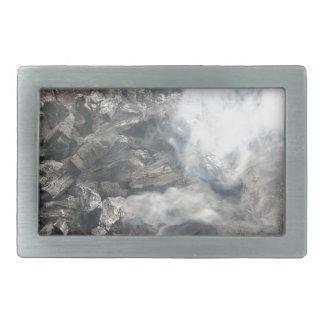 Carbón de leña ardiente que fuma en barbacoa hebillas cinturón rectangulares