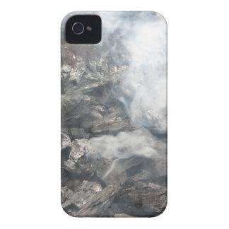 Carbón de leña ardiente que fuma en barbacoa iPhone 4 carcasas