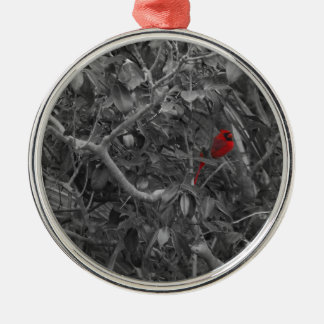 Cardenal en un ornamento del árbol adorno navideño redondo de metal