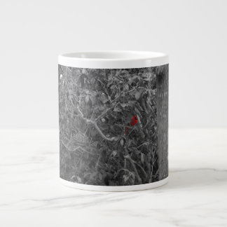 Cardenal en una taza de la especialidad del árbol taza grande