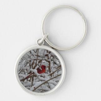 Cardenal rojo en una llave llenada nieve del árbol llavero redondo plateado