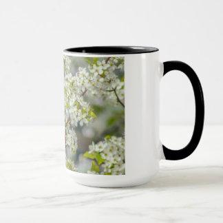 Cardenal septentrional en floraciones de la taza