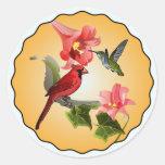 Cardenal y colibrí con los lirios rosados redondos etiqueta redonda