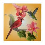 Cardenal y colibrí con los lirios y la hiedra rosa azulejos