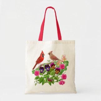 Cardenales en la bolsa de asas del jardín