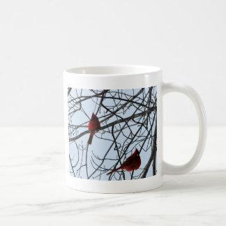 Cardenales en un árbol taza clásica