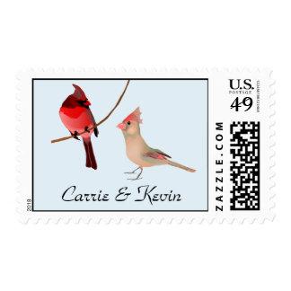 Cardenales rojos bonitos que casan el sello