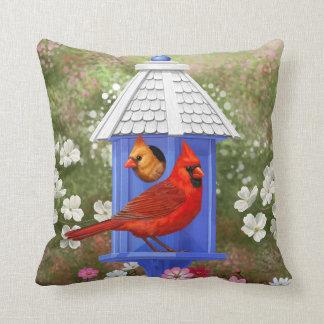 Cardenales y Birdhouse azul Cojín