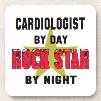 Cardiólogo por el día rockstar por noche posavasos de bebidas