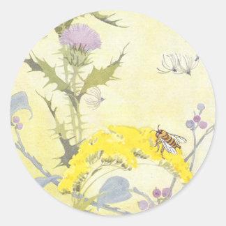 Cardo y abeja en vara de oro pegatina redonda