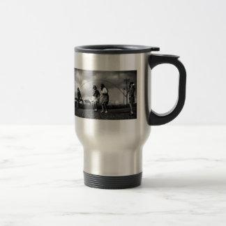 Careta antigás espeluznante en cuerda de salto de  taza de café