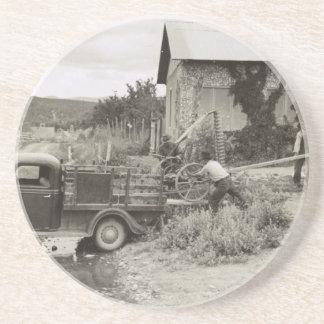 Cargando un cortacéspedes - 1940. posavasos manualidades