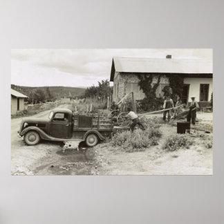 Cargando un cortacéspedes - 1940 póster