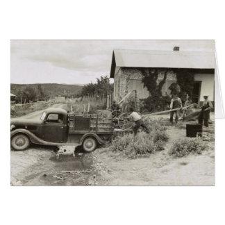 Cargando un cortacéspedes - 1940 tarjeta de felicitación