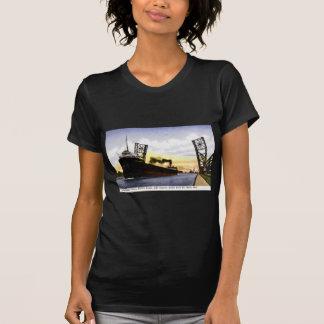 Carguero vacío que pasa el puente de báscula cerr camiseta