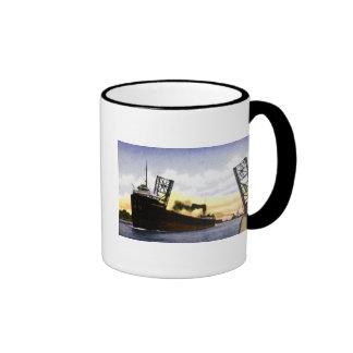 Carguero vacío que pasa el puente de báscula, cerr taza de café