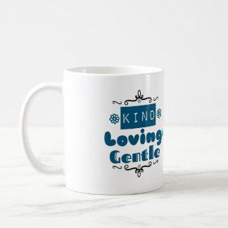 Cariñosos buenos tratan con suavidad taza de café