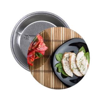 Carne de Сhicken adornada con la ensalada de la Pin Redondo De 2 Pulgadas
