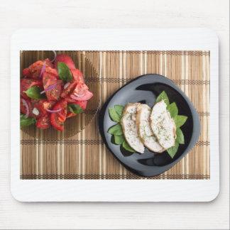 Carne de Сhicken adornada con la ensalada de la Tapetes De Ratones
