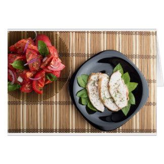 Carne de Сhicken adornada con la ensalada de la Tarjeta De Felicitación